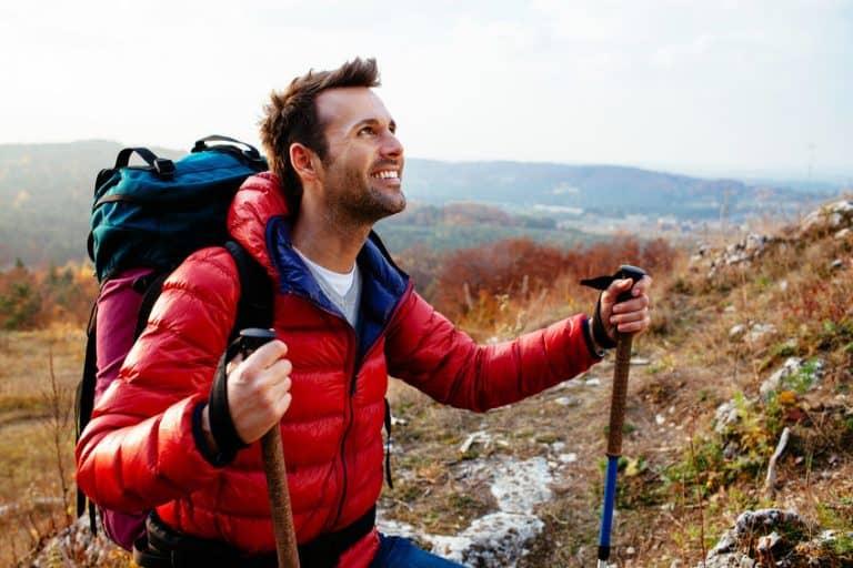 Uomo che fa trekking