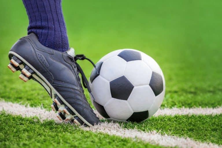 Primo piano su piede che calcia il pallone