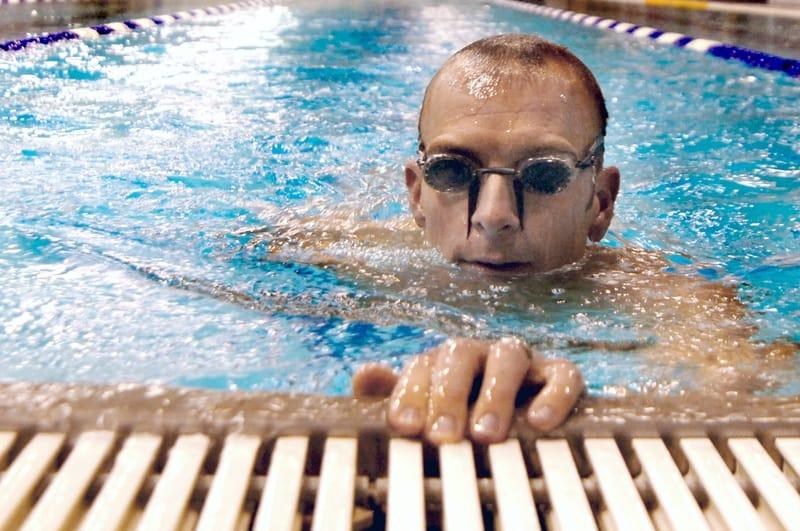 Uomo con occhialini svedesi