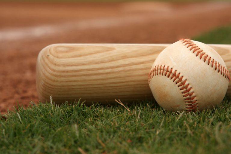 Primo piano su palla e mazza da baseball