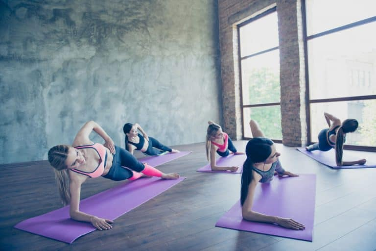 Donne che si allenano sul tappetino