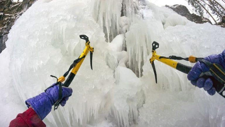 Due piccozze che rompono il ghiaccio
