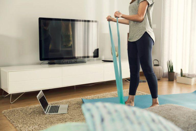 Allenamento in casa con fascia elastica