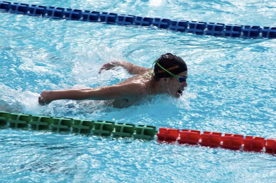 Uomo che nuota in piscina