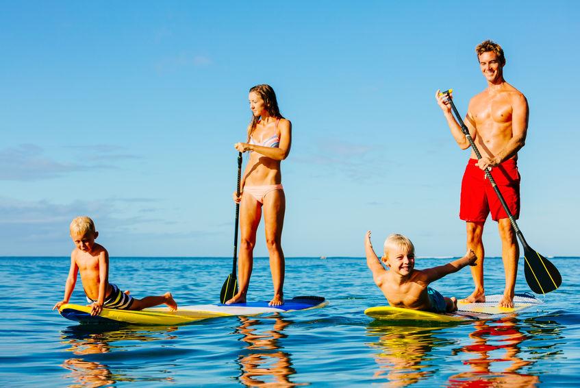 Famiglia che fa paddle surf