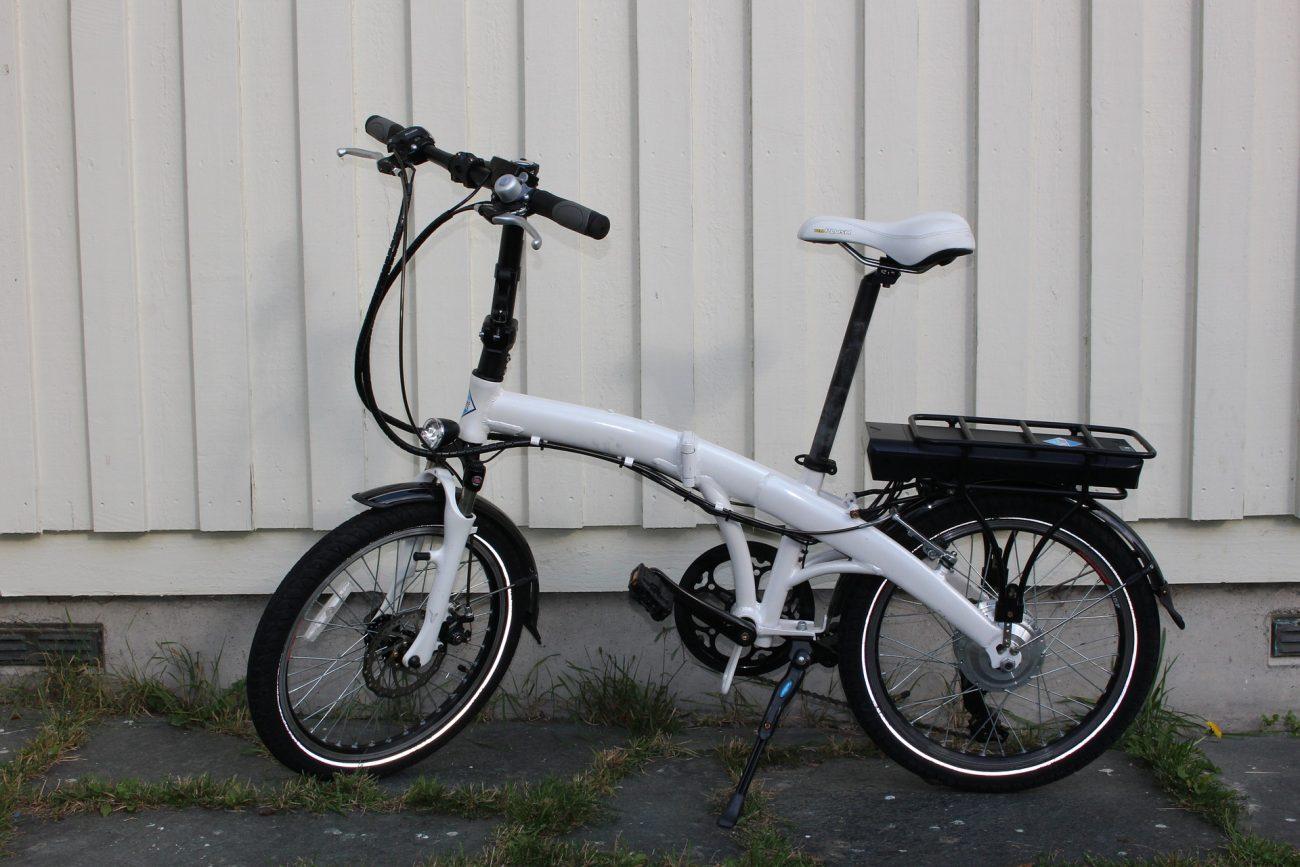 Bicicletta elettrica pieghevole bianca
