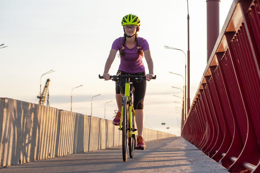 Ciclista su ponte