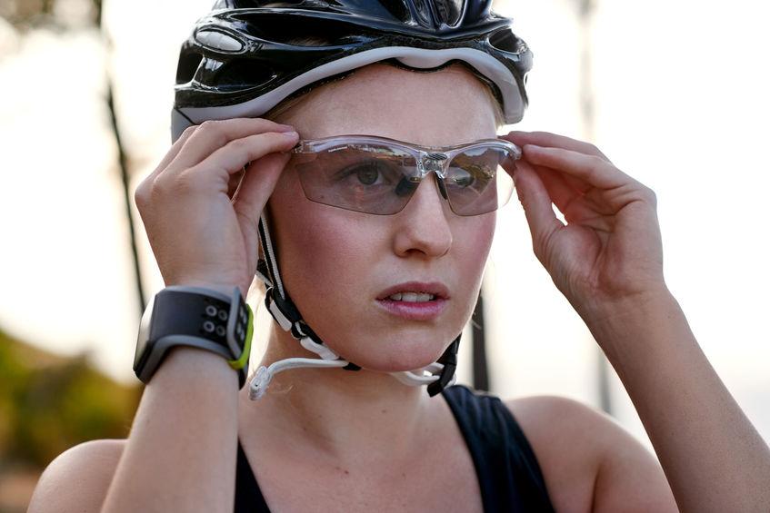 Ciclista che si sistema gli occhiali