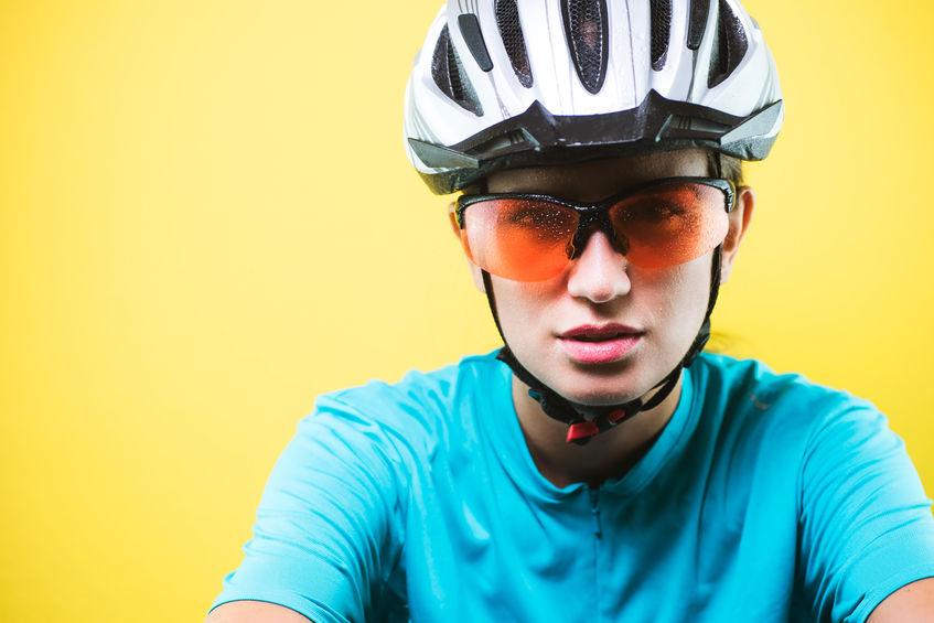 Ciclista con occhiali rossi