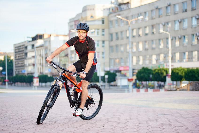 Ciclista con mountain bike