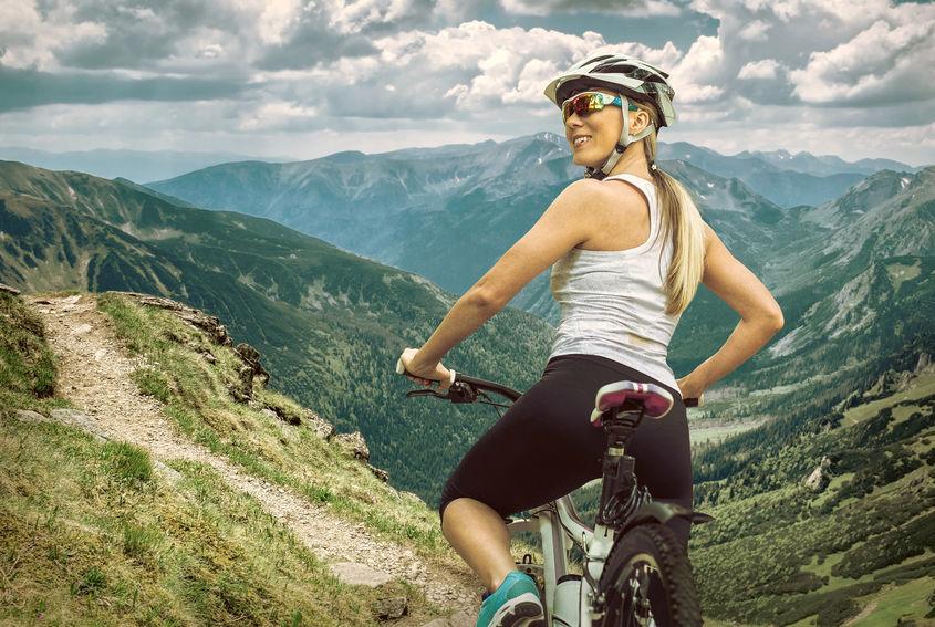 Ciclista in alta montagna