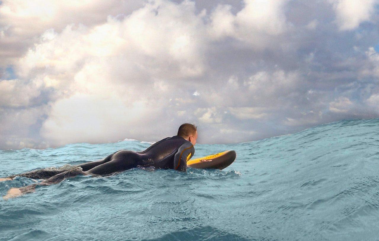 Uomo che fa surf