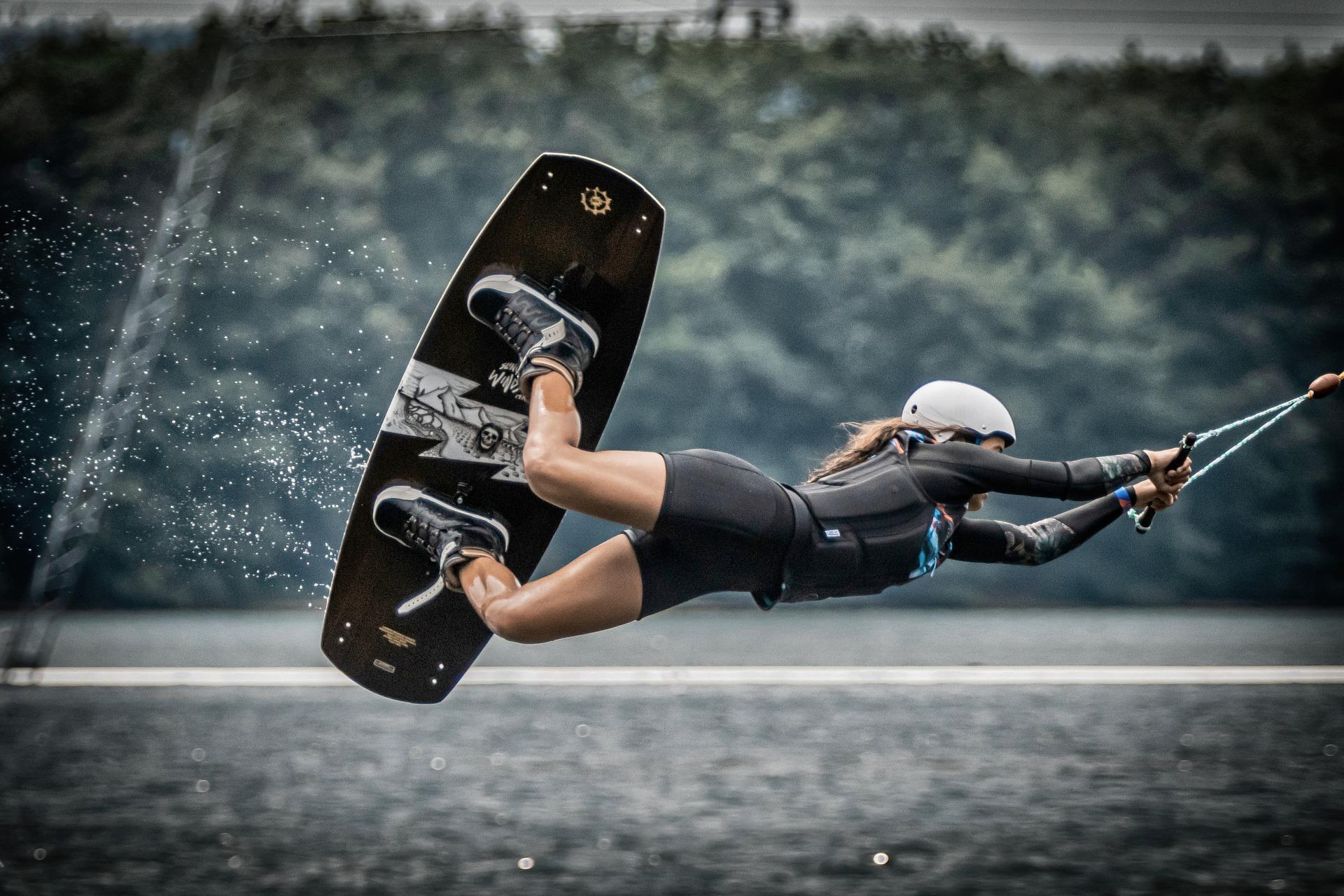Donna con muta corta che fa kitesurf