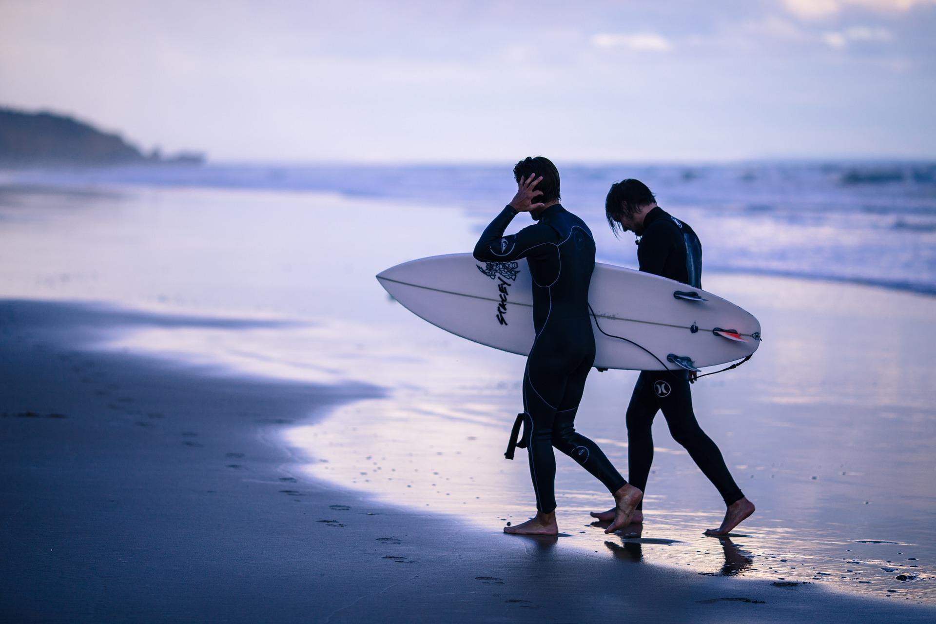 Uomini che tornano da fare surf