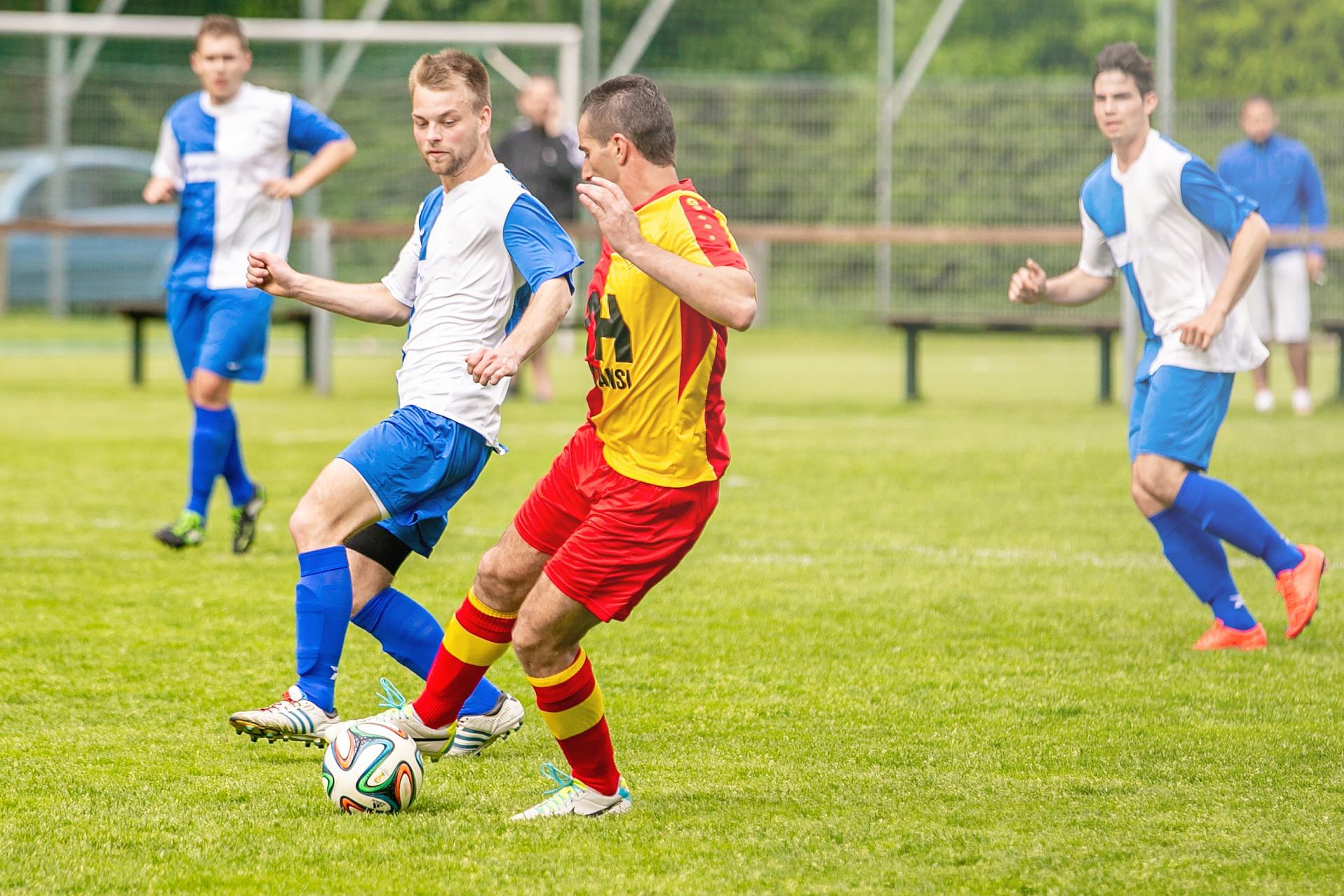 Dos jugadores de futbol disputándose el balón