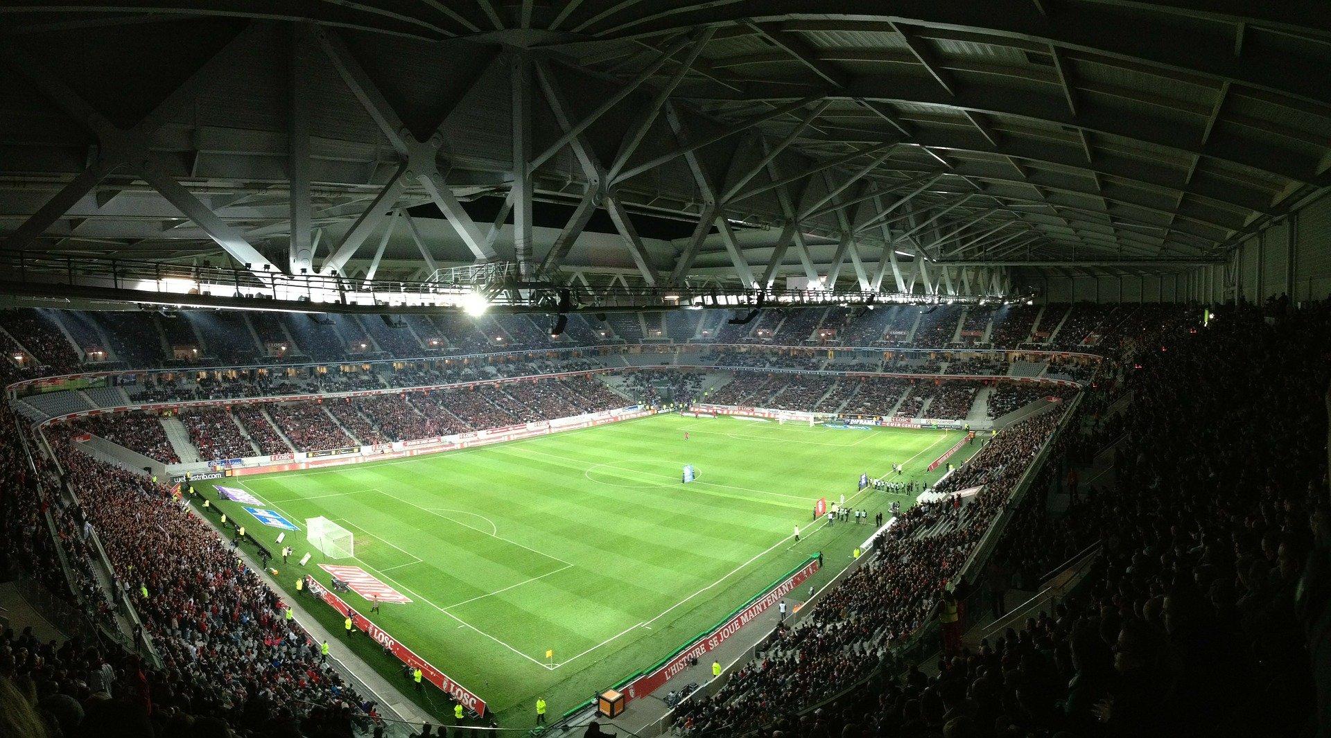 Estadio de futbol repleto de personas