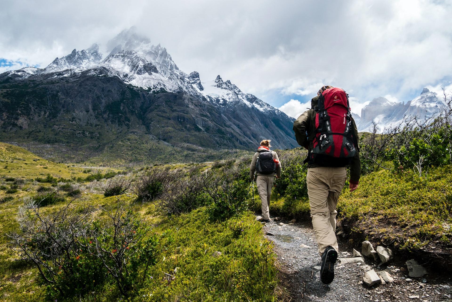 montañistas en campo