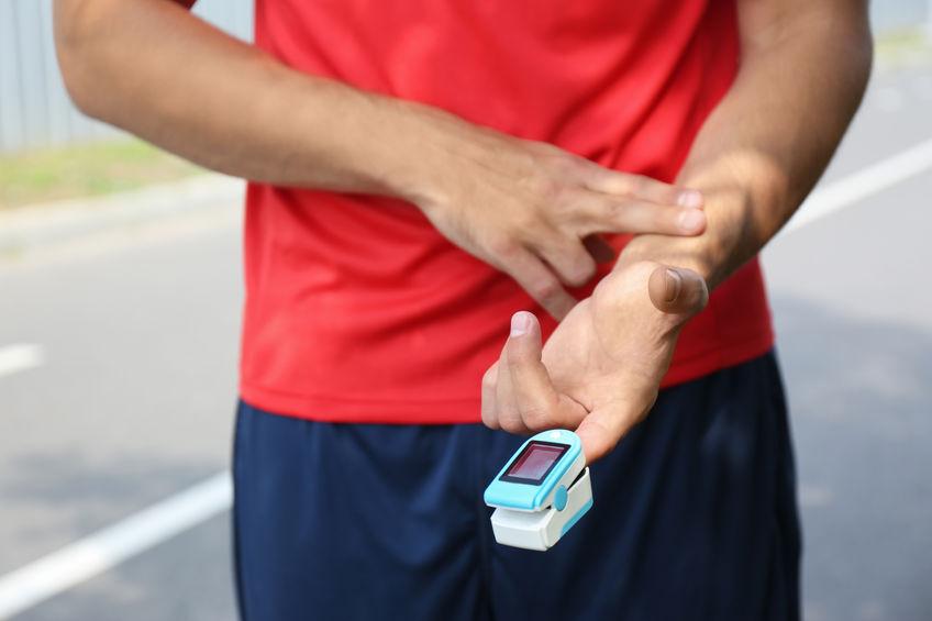 deportista tomandose el pulso