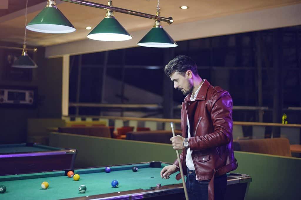 Imagem de homem jogando sinuca.