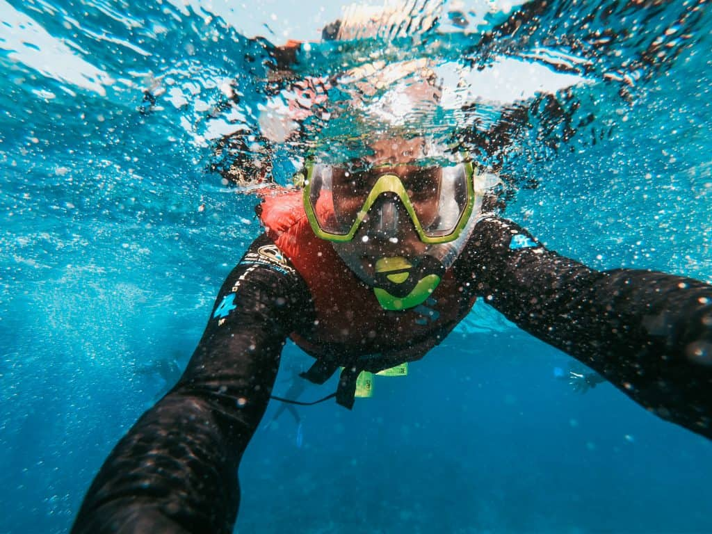 Na foto um mergulhador debaixo da água.