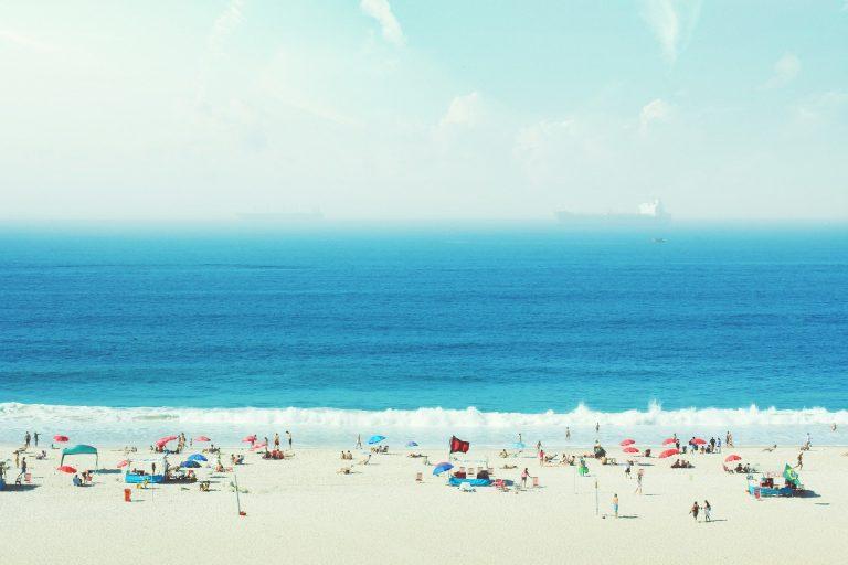 Imagem de pessoas aproveitando um dia em uma praia do Atlântico Sul