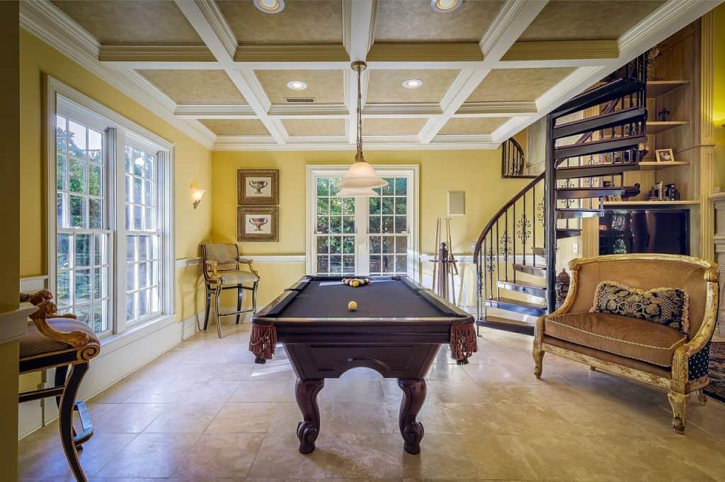 Imagem de mesa de sinuca em uma casa.