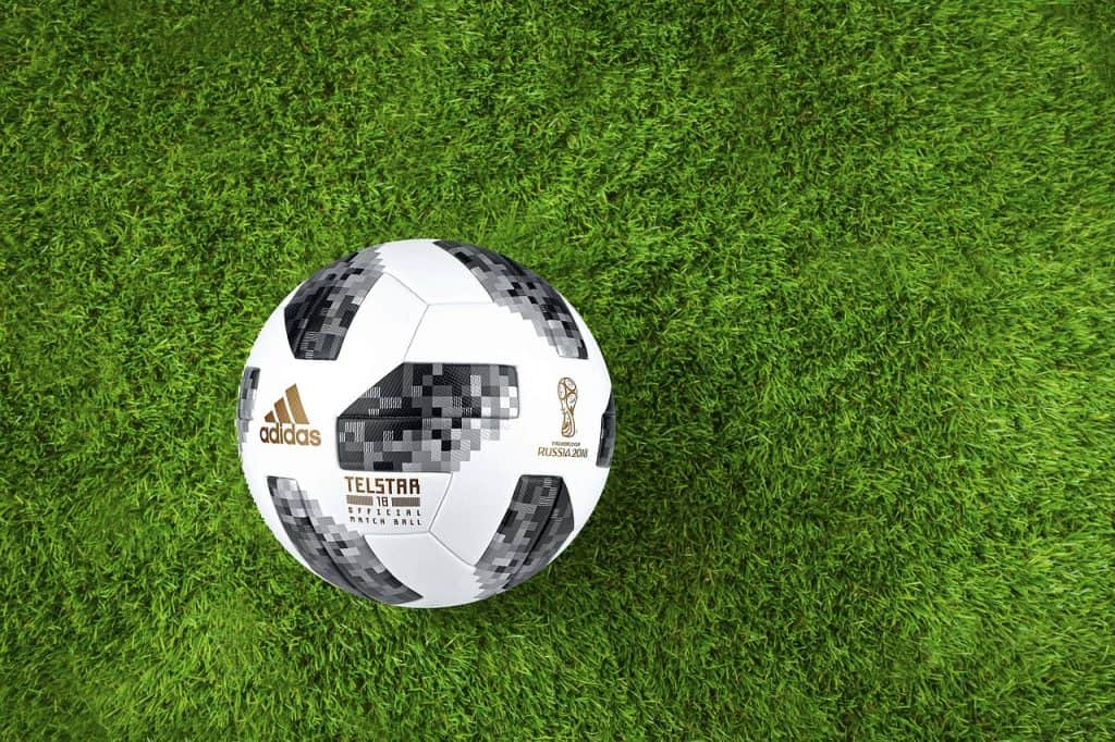 Bola de futebol Adidas Telstar 18 em fundo branco.