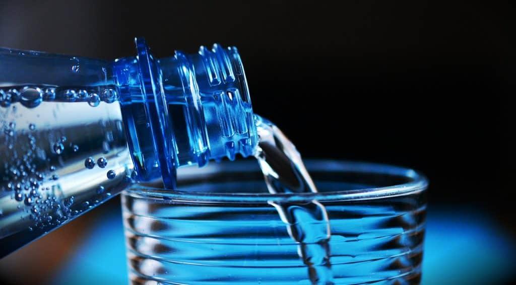 Garrafa e copo d'água.
