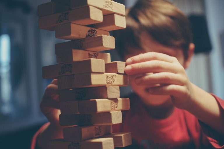 Uma criança jogando Jenga.