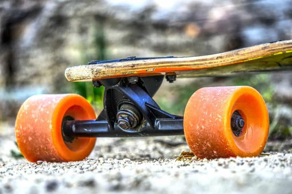 Imagem de um skate mostra com destaque as rodas enaltecendo seu tamanho e durabilidade.