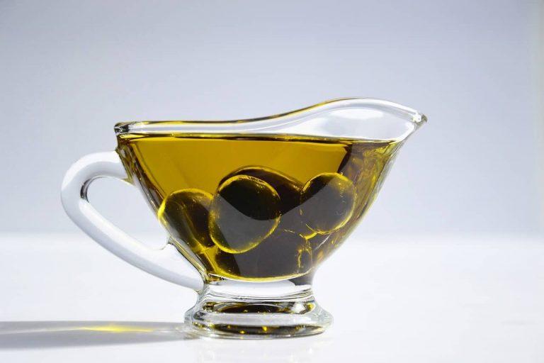 Öl und Oliven in Glaskännchen
